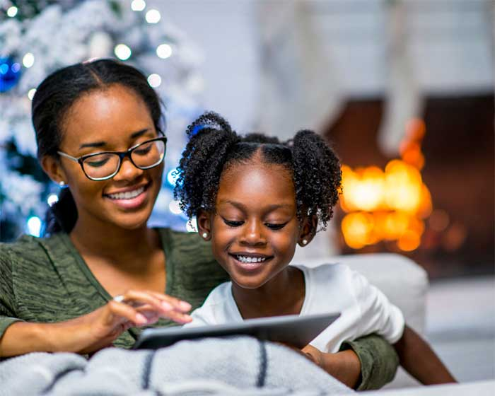 mom-with-her-daughter-reading-ebooks