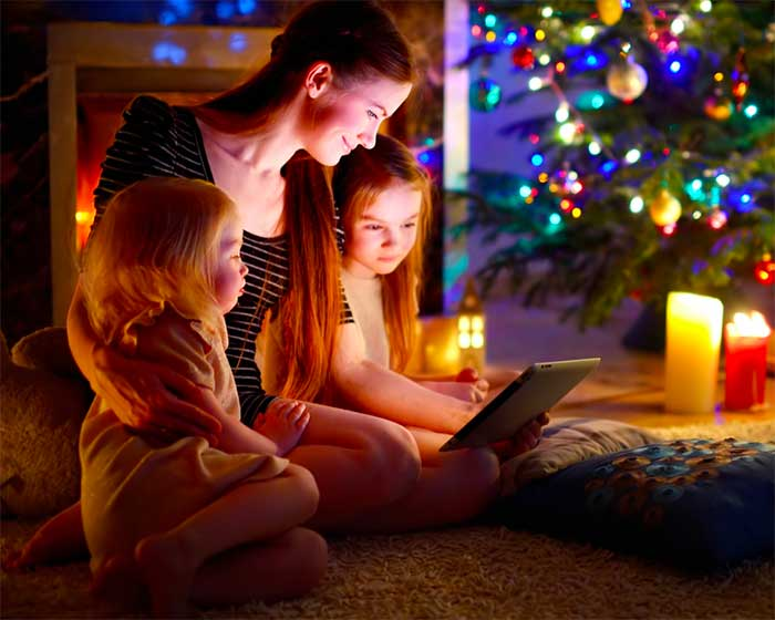mom-with-her-daughters-reading-ebooks